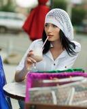 Mooie donkerbruine vrouw na het winkelen stock fotografie