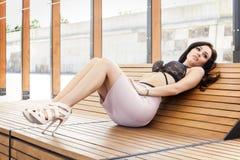Mooie donkerbruine vrouw op openlucht Royalty-vrije Stock Afbeelding