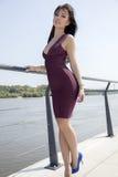 Mooie donkerbruine vrouw op openlucht Stock Foto