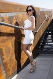 Mooie donkerbruine vrouw op openlucht Royalty-vrije Stock Foto's