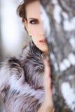 Mooie donkerbruine vrouw in openlucht Royalty-vrije Stock Fotografie