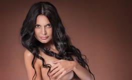 Mooie donkerbruine vrouw in studio Portret Royalty-vrije Stock Afbeelding