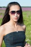 Mooie donkerbruine vrouw in sunglases Royalty-vrije Stock Fotografie