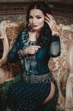Mooie donkerbruine vrouw in traditionele groene Sari etnische Indi Stock Afbeeldingen