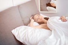 Mooie donkerbruine vrouwen alleen slaap stock fotografie