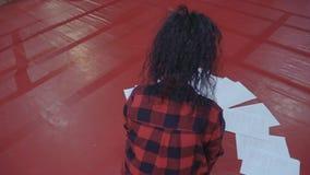 Mooie donkerbruine zitting op de vloer in de zaal stock video