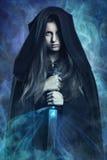 Mooie donkere vrouw en magische bevoegdheden Stock Afbeeldingen