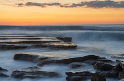 Mooie dramatische Zonsondergang over een rotsachtige kust Stock Afbeeldingen