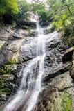 Mooie draperende volledig-stroomt waterval Stock Afbeelding