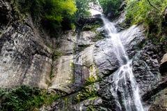 Mooie draperende volledig-stroomt waterval Royalty-vrije Stock Foto