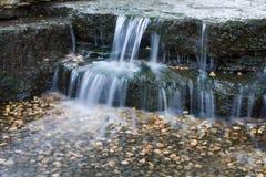 Mooie draperende waterval Stock Foto