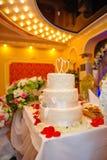 Mooie drie-tiered huwelijkscake op een lijst Royalty-vrije Stock Foto