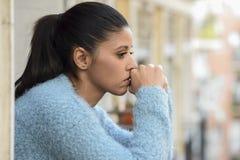 Mooie droevige en wanhopige Spaanse vrouw die gefrustreerd depressie aan nadenkend lijden