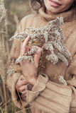Mooie droevige leuke aantrekkelijke vrouw in een beige sweater wijd op een gebied die van droog gras op een koude de herfst bewol royalty-vrije stock foto's