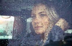 Mooie droevige vrouw in de auto stock afbeeldingen