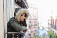 Mooie droevige wanhopige Spaanse vrouw in de winterlaag die aan depressie lijden Stock Afbeeldingen
