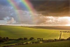 Mooie Dubbele regenboog over landschap Stock Foto's