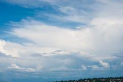 Mooie duidelijke blauwe hemel met lagen witte wolken die langs vliegen royalty-vrije stock fotografie