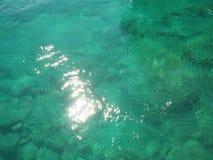 Mooie duidelijke onderwateroppervlakte en rotsen in zonnige dagen royalty-vrije stock foto's