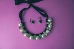 Mooie dure kostbare glanzende juwelen modieuze betoverende juwelen, halsband en oorringen met parels en diamanten royalty-vrije stock afbeelding