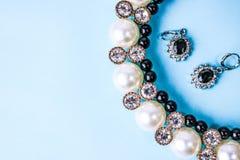 Mooie dure kostbare glanzende juwelen modieuze betoverende juwelen, halsband en oorringen met parels en diamanten, diamanten stock foto