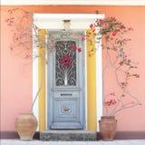 Mooie eenvoudige huisdeur met bloemen stock foto's