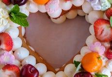 Mooie eigengemaakte cake in de vorm van een hart Stock Afbeeldingen