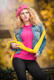 Mooie elegante vrouw in de herfstpark Stock Foto