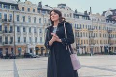 Mooie elegante vrouw in de stad Royalty-vrije Stock Afbeeldingen