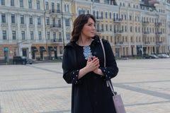 Mooie elegante vrouw in de stad Royalty-vrije Stock Foto