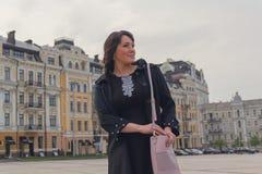 Mooie elegante vrouw in de stad Stock Fotografie