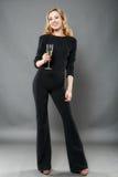 Mooie elegante vrouw met een glas van champagne in hand isolat Stock Foto
