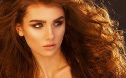 Mooie elegante vrouw in modieuze in zwarte laag Royalty-vrije Stock Foto