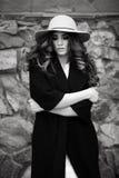 Mooie elegante vrouw in modieuze in zwarte laag en hoed ove Stock Fotografie