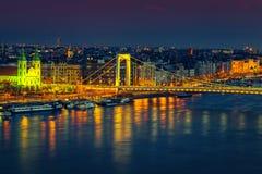 Mooie Elisabeth-brug en Ongediertecityscape bij avond, Boedapest, Hongarije stock foto