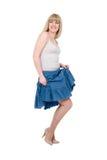 Mooie emotionele blonde in een donkerblauwe rok Stock Afbeelding