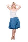 Mooie emotionele blonde in een donkerblauwe rok Royalty-vrije Stock Foto's