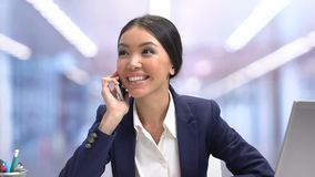 Mooie emotionele vrouwelijke beambte die op telefoon op onderbreking, ontspanning babbelen stock video