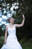 Mooie en bruid die golft glimlacht Royalty-vrije Stock Afbeelding