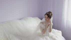 Mooie en mooie bruid in huwelijkskleding Huwelijksochtend Vrij en goed-verzorgde vrouw Langzame Motie stock footage