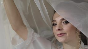 Mooie en mooie bruid in nachttoga onder reusachtige sluier Huwelijksochtend stock footage