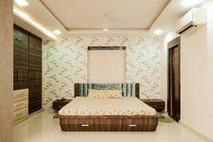 Mooie en decoratieve slaapkamer Stock Foto's