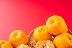 Mooie en delicous die mandarijn op luchtige blauwe achtergrond met bamboezeef wordt geïsoleerd, nieuw modern dicht concept Chinee royalty-vrije stock fotografie