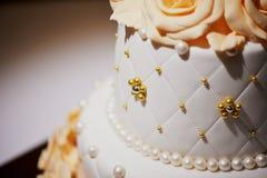 Mooie en edele huwelijkscake Stock Foto's