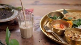 Mooie en eigengemaakte verse Indische sri lankian drank - mangolassi Voor houten die lijst, met verse munt wordt versierd naughty stock video