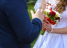 Mooie en gelukkige jonge bruid en bruidegom in huwelijkskleding op a Royalty-vrije Stock Afbeeldingen