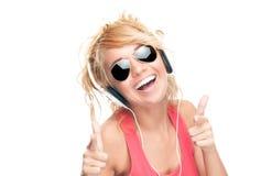 Mooie en gelukkige jonge vrouw met hoofdtelefoons. Royalty-vrije Stock Foto