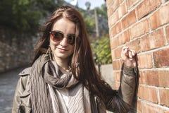 Mooie en gelukkige jonge vrouw in straat tegen Stock Foto's