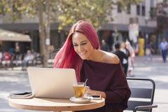 Mooie en gelukkige onderneemster die in de koffie werken stock fotografie