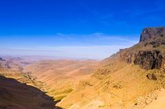 Mooie en groene Sani-pas onder Drakensberg-bergen in Sou stock foto's